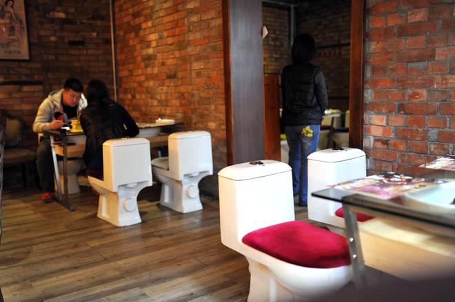 Mangiare al ristorante stando seduti sul WC