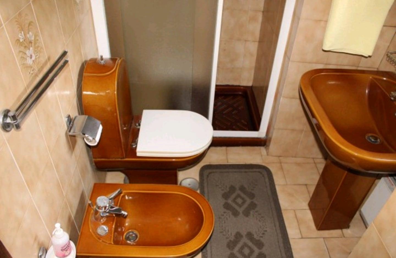 I bagni più brutti in stile anni '60, '70 e '80